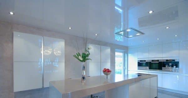 одноуровневые натяжные потолки в стиле минимализм