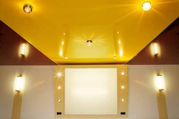 одноуровневые натяжные потолки в стиле модерн