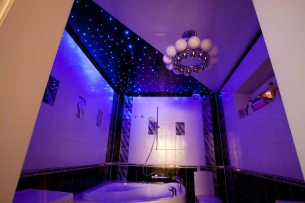 натяжной потолок звездной небо в ванной