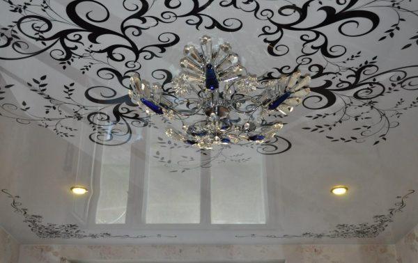 натяжной потолок белый с черным рисунком