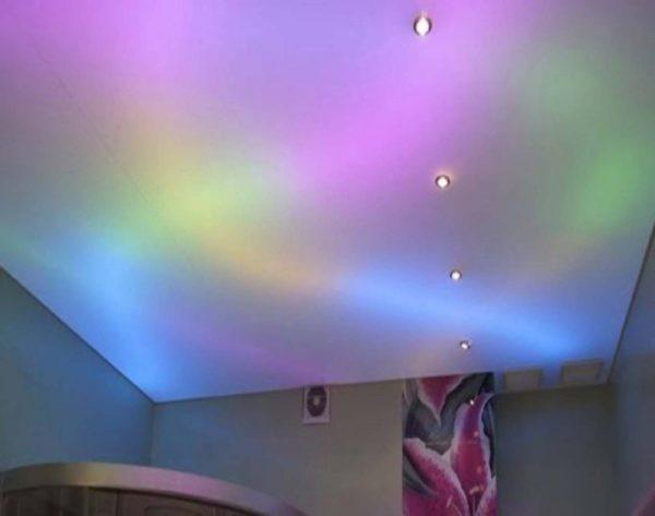 натяжной потолок белый с подсветкой