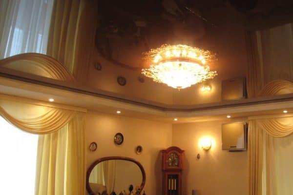 натяжной потолок коричневый глянец