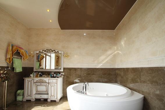 натяжной потолок белый с коричневым в ванной