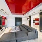 красный глянцевый натяжной потолок в гостиной