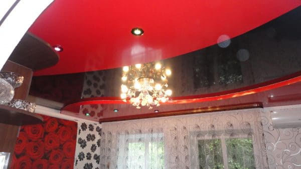 красный с четным натяжной потолок