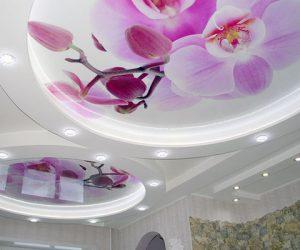 Натяжной потолок с орхидеей в гостиной