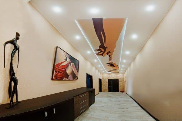 матовый натяжной потолок в длинном коридоре