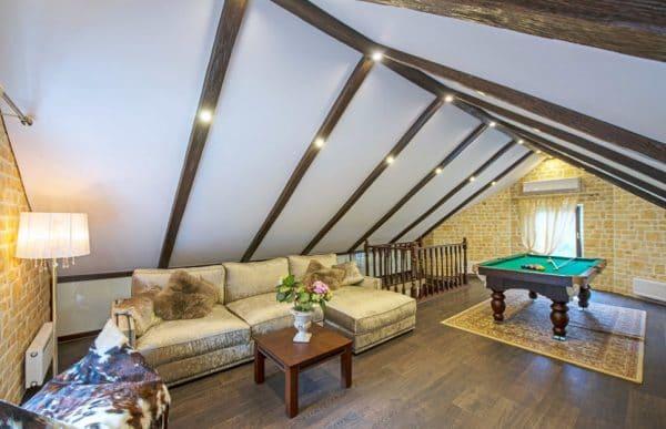двускатный натяжной потолок на мансарде