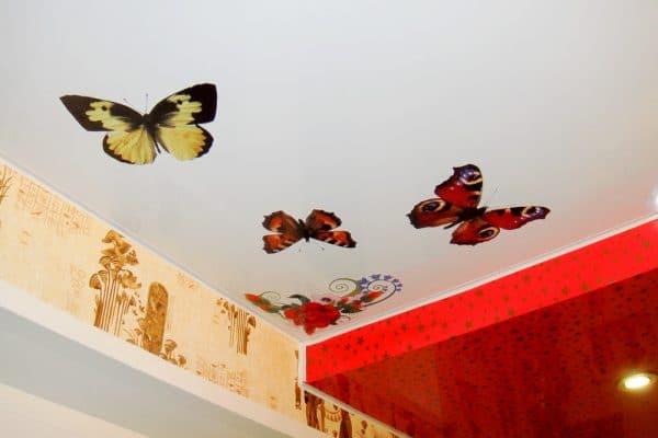 как заделать дырку на натяжном потолке наклейкой