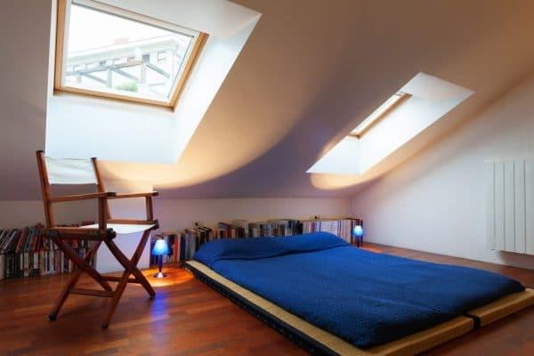 спальня на мансарде с натяжным потолком