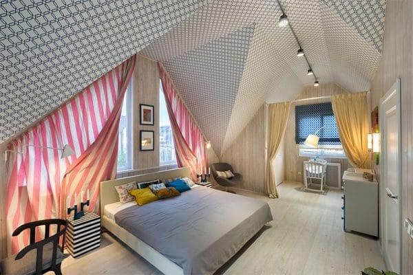натяжной потолок неправильной формы на мансарде