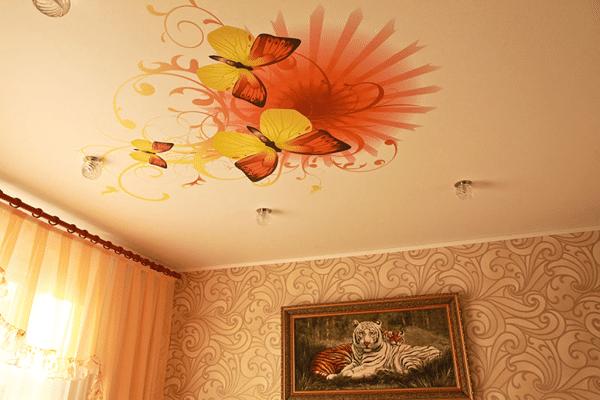 натяжной потолок с бабочками в спальне