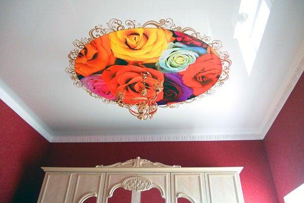 натяжной потолок с розами