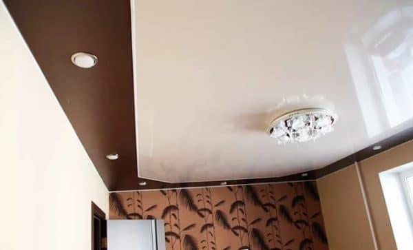 одноуровневый комбинированный натяжной потолок в зале