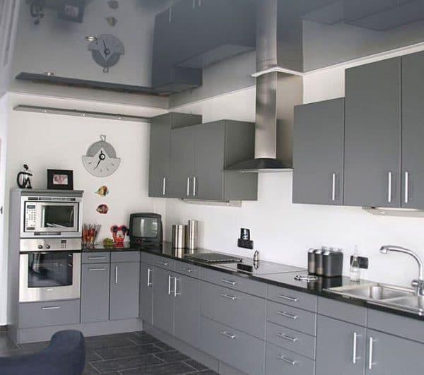 серый натяжной потолок на кухне