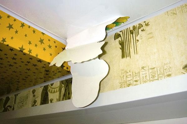 как наклеить наклейку на натяжной потолок