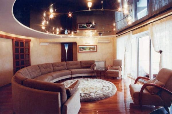 Двухуровневый глянцевый овальный натяжной потолок темного цвета