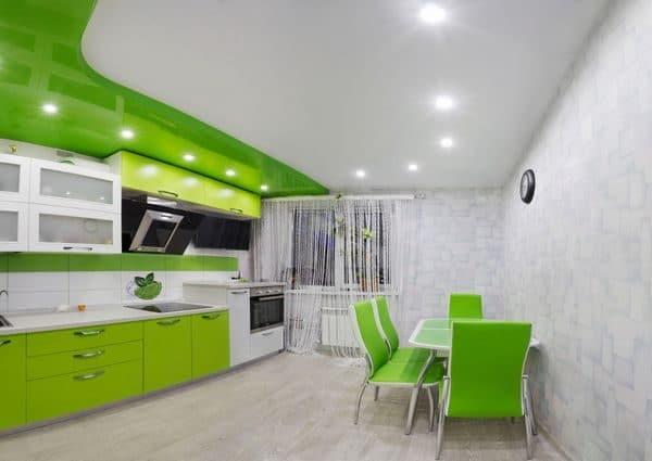 зелено-белый натяжной потолок на кухне