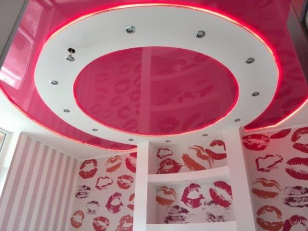 бело-розовый натяжной потолок