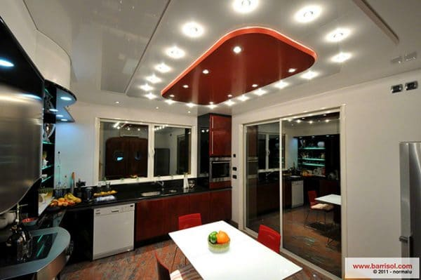 кухня с натяжным потолком от фирмы Barrisol