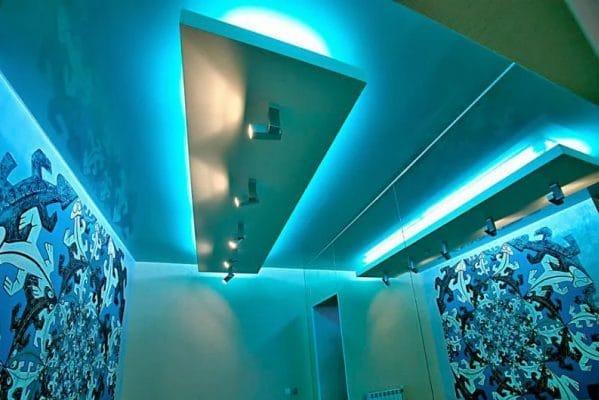 варианты освещения натяжного потолка в коридоре