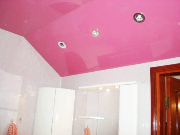 ванная с розовым натяжным потолком