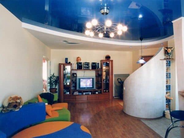 гостиная с синим натяжным потолком