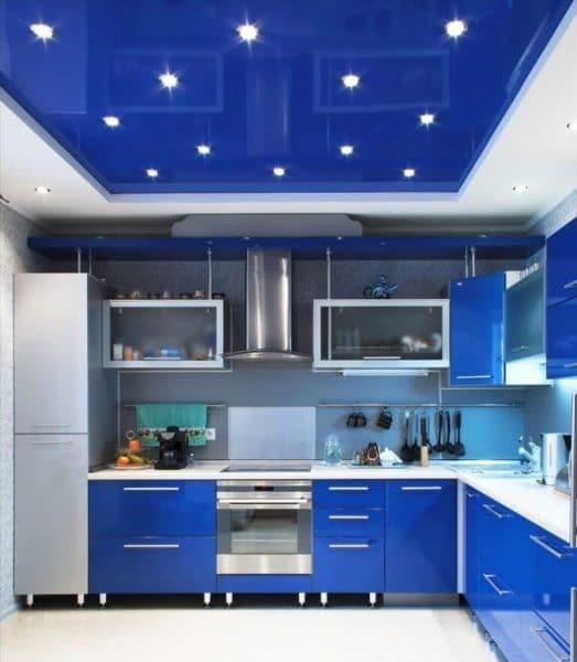 синий натяжной потолок в кухне