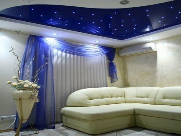 синий натяжной потолок в зале