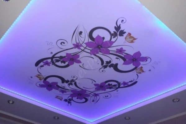 Фиолетовый натяжной потолок с фотопечатью