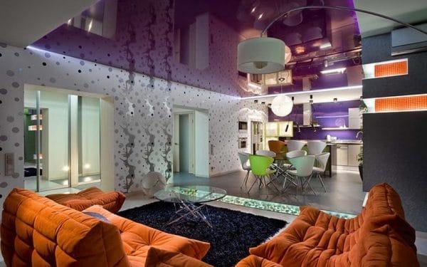 гостиная с фиолетовым натяжным потолком
