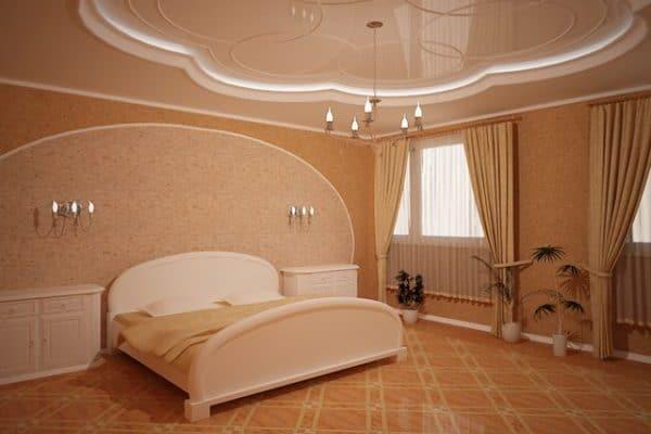 Спальня с натяжным потолком под венецианскую штукатурку