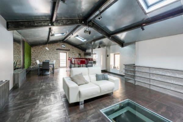 Дизайн потолка с металлическими балками