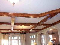 Потолок с деревянными декоративными балками