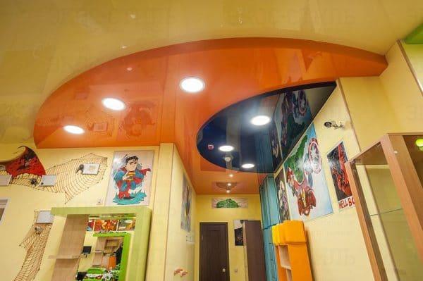 Детская комната с оранжевым натяжным потолком