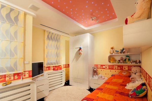 Оранжевый натяжной потолок в детской