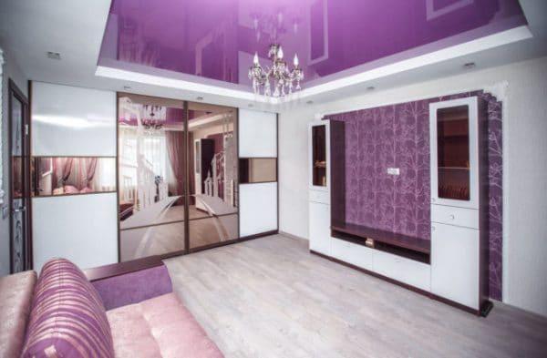 сиреневый потолок в гостиной