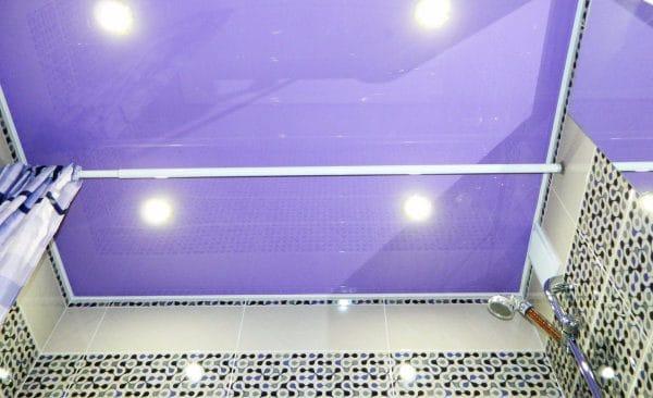 ванная с сиреневым натяжным потолком