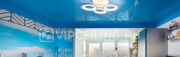 К какому интерьеру подходит голубой натяжной потолок